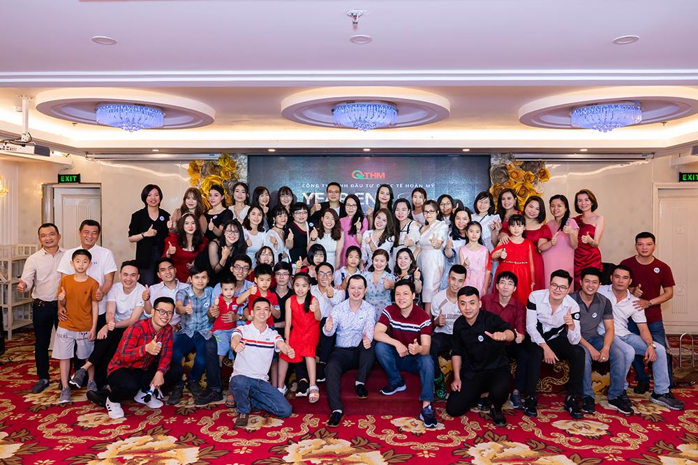 Các thành viên TVBUY chụp ảnh kỷ niệm cùng Ban Giám Đốc