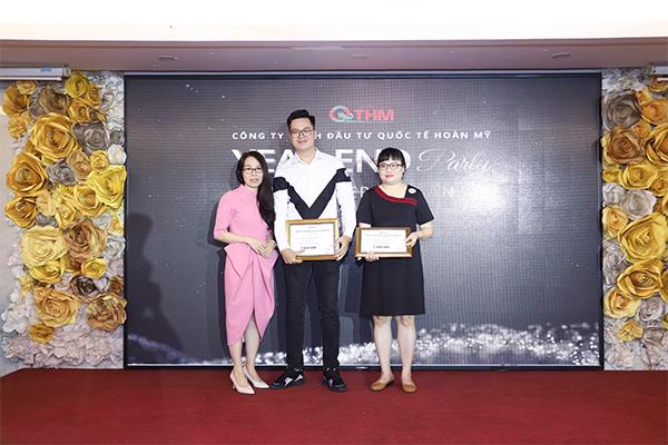 Đại diện Ban Giám Đốc vinh danh  Anh Trương Minh Thân (Quản lý xuất sắc) và Chị Lê Vũ Khánh Xuân (Quản lý giỏi)