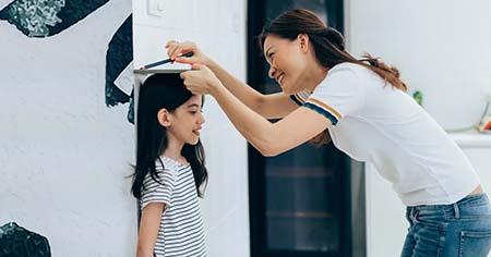 đo chiều cao thường xuyên để nắm tình hình phát triển của trẻ