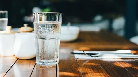 uống đủ lượng nước cần thiết mỗi ngày giúp tăng chiều cao ở tuổi 13-18