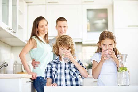 uống đủ nước giúp trẻ phát triển tốt hơn
